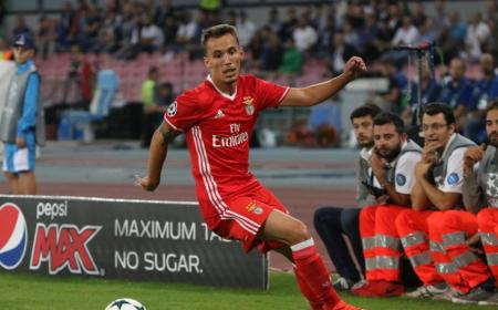 epa05560865 Benfica's Alex Grimaldo in action during the UEFA Champions League group B soccer match between SSC Napoli and SL Benfica at San Paolo stadium in Naples, Italy, 28 September 2016. EPA/CESARE ABBATE