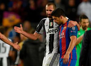 Chiellini e Suarez abbraccio Foto Squawka News