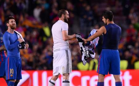 Chiellini e Suarez scambio maglia Foto Squawka News