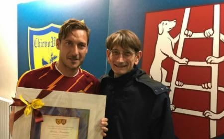 Totti Campedelli targa Chievo Foto Totti Twitter