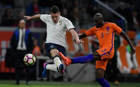 AMSTERDAM, NETHERLANDS - MARCH 28:  Andrea Belotti of Italy (L) competes for the ball with Bruno Martins Indi of Netherlands during the international friendly match between Netherlands and Italy at Amsterdam Arena on March 28, 2017 in Amsterdam, Netherlands.  (Photo by Claudio Villa/Getty Images)