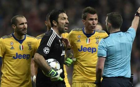 Buffon e arbitro Oliver Foto football365